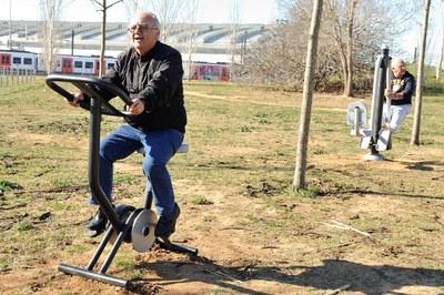 Els parcs de salut compten amb diferents aparells perquè la ciutadania pugui realitzar activitat física a l'aire lliure (foto: Localpres).