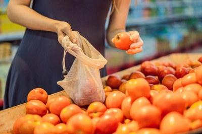 L'ús de bosses de malla permet reduir els residus plàstics a l'hora de comprar fruita i verdura, entre d'altres (foto: Ajuntament de Rubí).