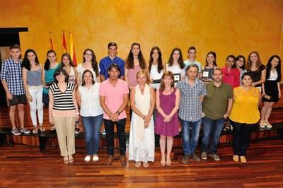 L'alcaldessa i la regidora, amb els alumnes reconeguts i els directors dels centres (foto: Localpres).