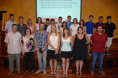 Els alumnes reconeguts acompanyats de l'alcaldess, la regidora i els directors dels instituts (foto: Localpres).