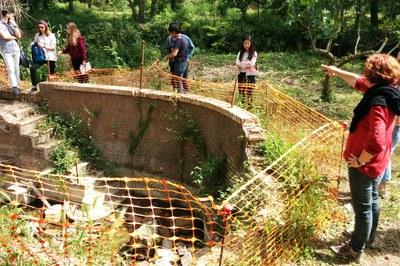 Alumnes del Màster s'han desplaçat fins a la font per conèixer de primera mà tant la construcció com el seu entorn.