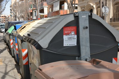 Els adhesius s'han col•locat al lateral dels contenidors (foto: Ajuntament).
