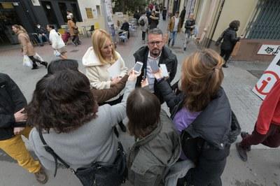 L'alcaldessa i el regidor de mobilitat amb la premsa (foto: Ajuntament de Rubí – Localpres).