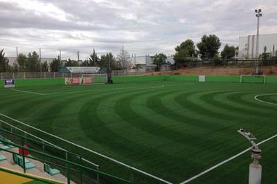 La nova gespa artificial que s'ha instal·lat al camp de futbol de Can Fatjó és resistent a la calor i a les gelades.