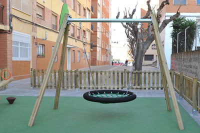 El gronxador d'aquest parc simula la col (foto: Localpres)