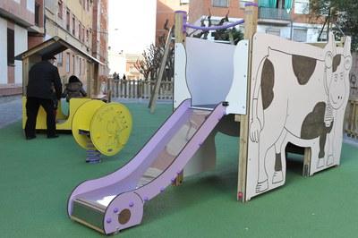 Un dels elements que hi ha al parc és un tobogan amb la il·lustració del bou (foto: Localpres)