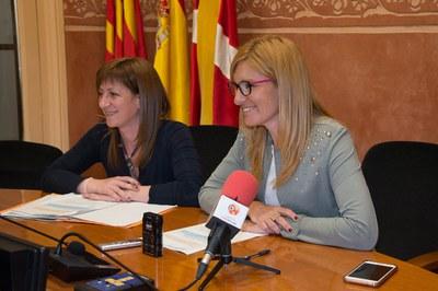 L'alcaldessa i la regidora, durant la presentació del nou programa integral d'activitats per a la gent gran (foto: Localpres).
