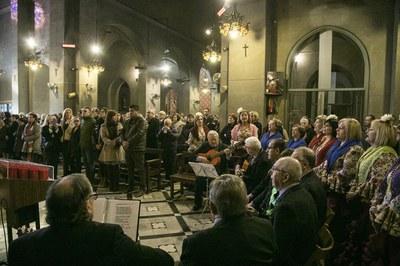 El cor de l'Asociación Rociera Andaluza de Rubí ha cantat durant la missa (foto: Ajuntament – Lali Puig).