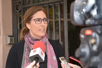Maria Mas, portaveu de l'equip de govern, atenent els mitjans de comunicació locals.