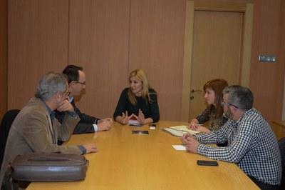 L'alcaldessa, la regidora de Serveis a les Persones i el gerent de l'Ajuntament de Rubí, reunits amb responsables del CatSalut (foto: Localpres).