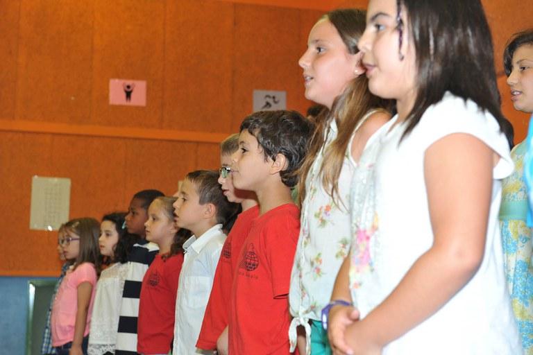 Els alumnes de la Schola cantant al final de l'acte (foto: Localpres)