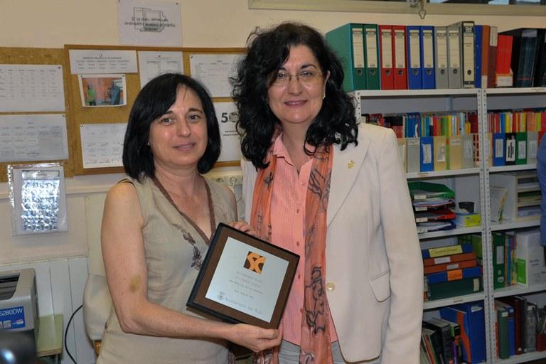 L'alcaldessa ha lliurat una placa commemorativa a l'escola (foto: Localpres)