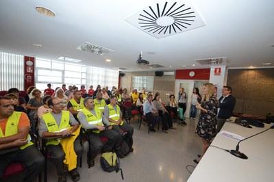 L'alcaldessa i el regidor de Promoció Econòmica s'han trobat  amb els nous treballadors i treballadores a l'auditori de l'edifici Rubí Forma (foto: Localpres).