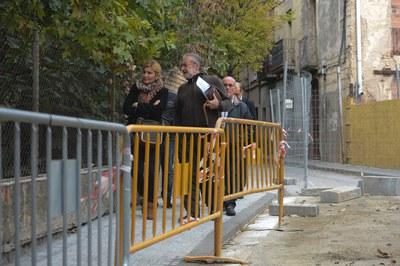 L'alcaldessa ha passejat pel Centre acompanyada per dirigents veïnals, que li han traslladat les mancances i punts forts del barri (foto: Localpres).