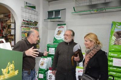 Ana María Martínez també ha visitat alguns dels comerços del Centre (foto: Localpres)