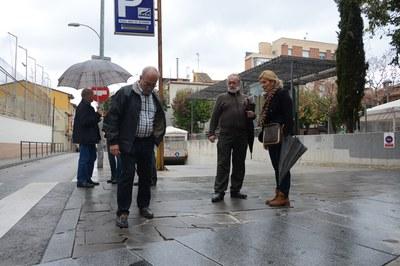 Els veïns han explicat in situ a l'alcaldessa alguns punts de l'espai públic que cal millorar (foto: Localpres)