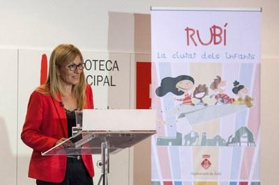 L'alcaldessa durant la conferència a la biblioteca Mestre Martí Tauler (foto: Localpres).