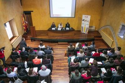 L'alcaldessa, davant els professionals que treballan amb infància i adolescència (foto: Lali Puig).