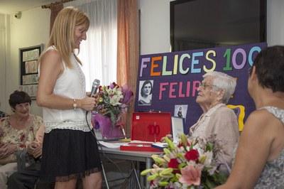 Ana María Martínez ha lliurat una placa commemorativa i un ram de flors a la rubinenca centenària (foto: Localpres).