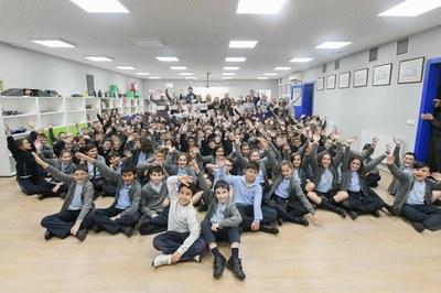 A l'acte de lliurament del xec solidari hi ha assistit bona part de l'alumnat de l'escola ( foto: Ajuntament – Localpres).