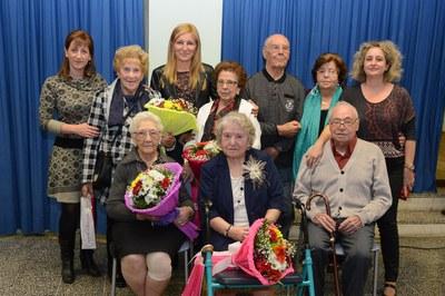 L'alcaldessa, la regidora i la directora de la residència, amb alguns dels homenatjats (foto: Localpres).