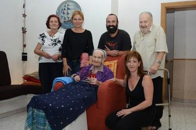 María Catalán, acompanyada de la seva família, l'alcaldessa i la regidora de l'Àrea de Serveis a les Persones (foto: Localpres).