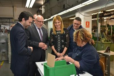 El conseller, l'alcaldessa i el regidor, en un moment de la visita a la planta de producció de Rubí Industria de Cremalleras.