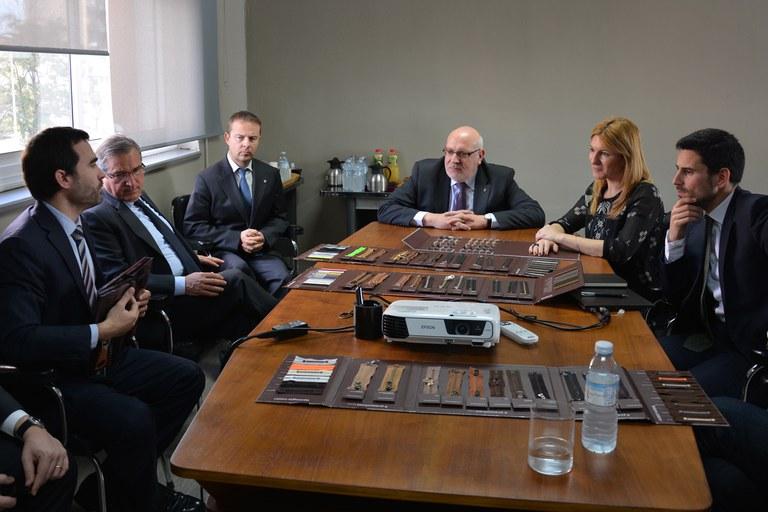 La nova direcció de l'empresa ha explicat els seus plans de futur al conseller i l'alcaldessa