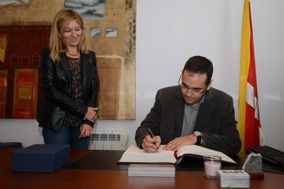 Ignasi Giménez ha signat el Llibre d'Honor (foto: Localpres)