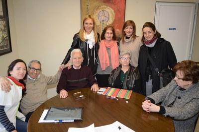 L'alcaldessa i la regidora de l'Àrea de Serveis a les Persones, amb els membres d'AVAN (foto. Localpres).