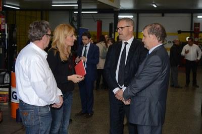 Durant la inauguració, Ana María Martínez ha visitat les instal·lacions del taller Neumáticos Martín Rius (foto: Localpres)
