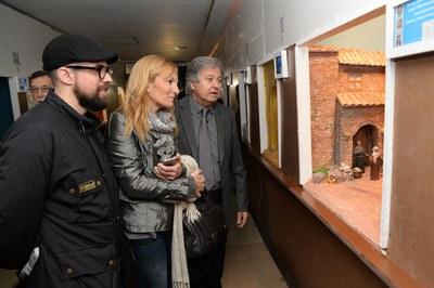 L'alcaldessa i el regidor de Cultura han admirat els diorames de l'Associació de Pessebristes de Rubí (foto: Localpres).
