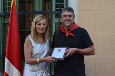 Pedro Fernández, president de l'AMPA de l'Escola Joan Maragall, en el moment de recollir la placa (foto: Localpres)