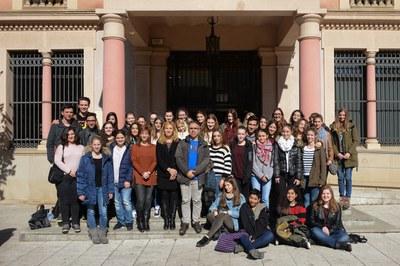 L'alcaldessa i la regidora, amb els alumnes que participen a l'intercanvi i els seus professors (foto: Localpres).