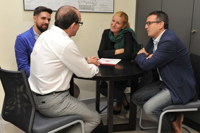 El plant manager d'Imerys Perlita amb l'alcaldessa i els regidors (foto: Localpres).