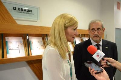 L'alcaldessa i el director general de B Braun a Espanya atenent els mitjans (foto: Localpres).