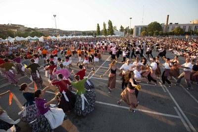 Una de les novetats de la Festa Major ha estat el trasllat de la Ballada de Gitanes al Carrer a l'Escardívol (foto: Localpres).