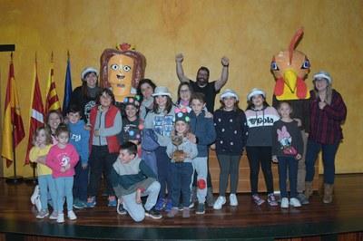 El grup guanyador del Concurs de comparses de Carnaval, recollint el seu premi (foto: Ajuntament de Rubí – Localpres).