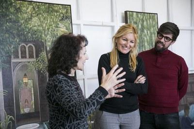 L'artista ha mostrat les obres donades a l'alcaldessa i el regidor de Cultura (foto: Ajuntament de Rubí – Lali Puig).