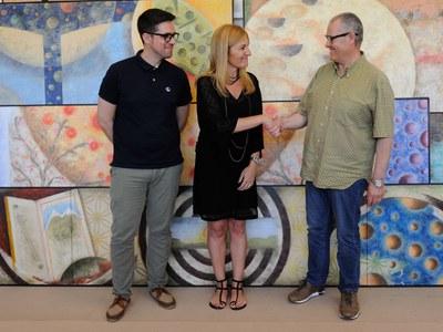 L'alcaldessa i el regidor de Cultura han visitat l'estudi de Sergi Marcos, a la dreta (Foto: Localpres).