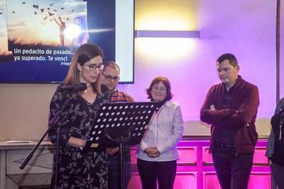 La regidora Maria Mas ha participat al recital amb què s'ha inaugurat l'exposició (foto: Cesar Font).