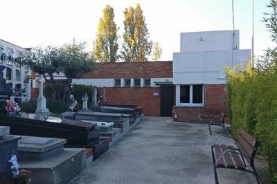 L'edifici administratiu del Cementiri millorarà aspectes com la coberta i la seva accessibilitat (foto: Ajuntament).