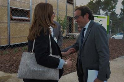 La primera tinenta d'alcaldia, Maria Mas, rebent el conseller de Territori i Sostenibilitat, Josep Rull (foto: Localpres)
