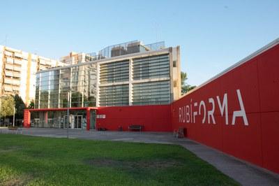Un dels murs laterals amb el nou nom de l'edifici (foto: Localpress) .