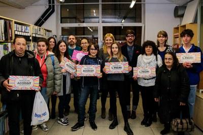 L'alcaldessa i els regidors, amb els guanyadors de concurs (foto: Ajuntament de Rubí – Localpres).