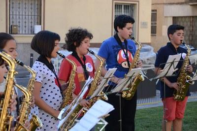 Alumnat de l'Escola Municipal de Música va actuar l'any passat a diversos emplaçaments de la ciutat (foto: Localpres).