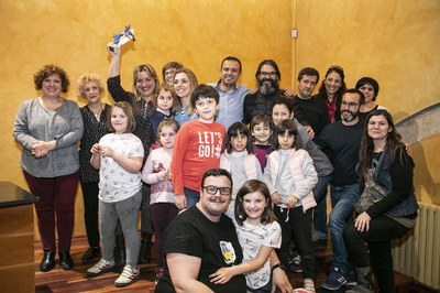 Membres de l'Escola Torre de la Llebre, posant amb el primer premi del concurs (foto: Ajuntament – Lali Puig).
