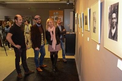 Rafa Gascón, mostrant la seva obra al regidor de Cultura i a l'alcaldessa (foto: Localpres).