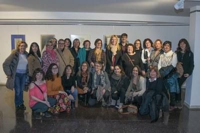 L'alcaldessa i els regidors, amb les integrants de Mujeres Creativas del Vallès (foto: Ajuntament de Rubí – Localpres).