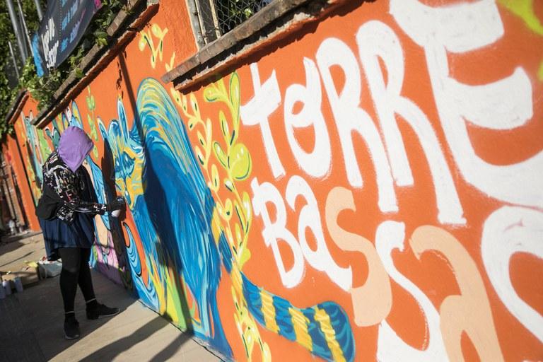 Diversos grafiters han treballat en l'elaboració del mural (foto: Ajuntament – Lali Puig)